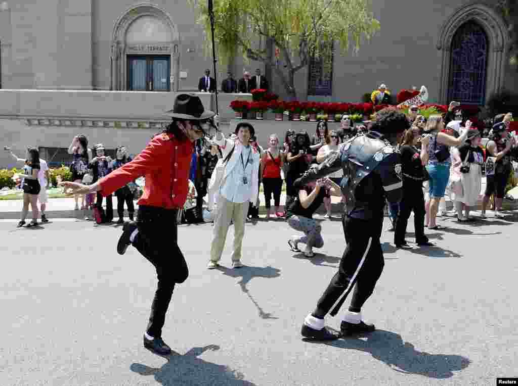 شائقین اپنے پسندیدہ گلوکارمائیکل جیکسن کے مقبرے کے سامنے رقص کر رہے ہیں۔