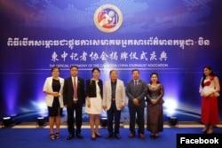 រដ្ឋមន្រ្តីក្រសួងព័ត៌មានលោក ខៀវ កាញារីទ្ធ (ទីបីពីខាងស្តាំ) ថតរូបជាមួយអ្នកចូលរួមដទៃទៀតក្នុងពិធីសម្ពោធសមាគមអ្នកសារព័ត៌មានកម្ពុជា-ចិន កាលពីល្ងាចថ្ងៃចន្ទ ទី០៦ ខែឧសភា ឆ្នាំ២០១៩។ (Facebook/Cambodia China Journalist Association Officia