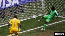 Le Nigérian Victor Moses dégage la balle près de la ligne du but lors du Mondial 2014, au stade national de Brasilia, Brésil, 30 juin 2014.