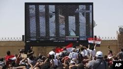 對穆巴拉克的審訊﹐九月5日恢復開庭後將不再作現場轉播﹐圖為8月3日首次審訊時電視轉播情況