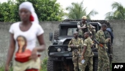 Các binh sĩ trung thành với ông Alassane Ouattara canh gác tại một chốt kiểm soát trên con đường tới Abidjan, ngày 5/4/2011