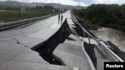 Разрушенная землетрясением дорога в местечке Тарахуин на острове Чилое. Чили. 25 декабря 2016 г.