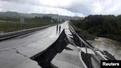 Một con đường bị hư hỏng sau trận động đất ở Tarahuin, trên đảo Chiloe, miền nam Chile, ngày 25/12/2016.