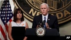 美国副总统彭斯与夫人凯伦在拉斯维加斯发表讲话(2017年10月7日)