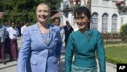 អ្នកស្រី Aung San Suu Kyi មេដឹកនាំចលនាប្រជាធិបតេយ្យភូមា (ស្តាំ) និង លោកស្រីរដ្ឋមន្ត្រីការបរទេសសហរដ្ឋអាមេរិក Hillary Rodham Clinton ដើរនៅក្នុងបរិវេនគេហដ្ឋានរបស់អ្នកស្រី ស៊ូជី ក្រោយពីជំនួបរវាងស្ត្រីទាំងពីរនៅក្នុងទីក្រុងរង់ហ