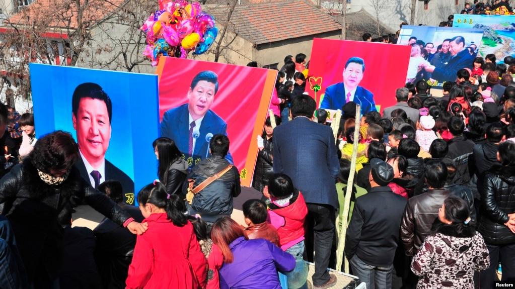 Người Dân Trung Quốc Cầm Hình Ảnh Của Ông Tập Trong Một Dịp Đón Tết Nguyên