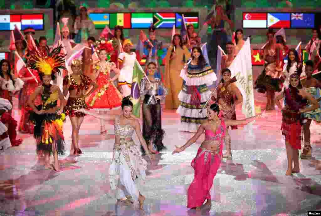 2018年12月8日,在海南三亚举行的第68届世界小姐全球总决赛中,选手起舞翩翩。