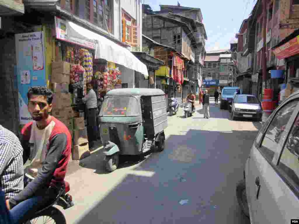 Streets of old Srinagar. (Aru Pande/VOA)