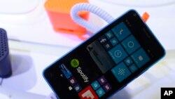 Ponsel baru Microsoft Lumia 640 di Kongres Dunia Mobile, pameran ponsel terbesar di Barcelona, Spanyol, Selasa, 3 Maret 2015. (AP Photo/Manu Fernandez)