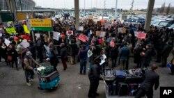 Organizaciones en defensa de los inmigrantes informan de más de un centenar de detenidos en diversas redadas solo en el sur de California, una de las zonas con mayor presencia de inmigrantes latinoamericanos del país.