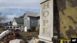 """Suasana di depan rumah yang porak poranda di wilayah Point Pleasant Beach, New Jersey (5/11). Badai kuat """"Nor'easter"""" diperkirakan akan kembali melanda pantai timur Amerika, Rabu (7/11), seminggu pasca hantaman badi Sandy."""