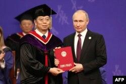 2019年4月26日清华大学授予俄罗斯总统普京荣誉博士学位。
