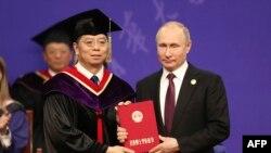 2019年4月26日清华大学校长邱勇向俄罗斯总统普京颁发名誉博士学位证书。