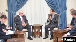 Presiden Suriah Bashar al-Assad (kanan) dalam pertemuan dengan Wakil Menteri Luar Negeri Rusia Sergei Ryabkov di Damaskus (18/9).