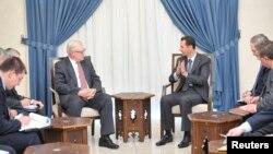 Presiden Suriah Bashar al-Assad (tengah kanan) bertemu dengan wakil Menlu Rusia Sergei Ryabkov (tengah kiri) di Damaskus, 18 September 2013.