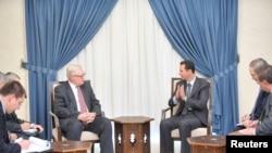 2013年9月18日,叙利亚总统阿萨德(右)在首都大马士革和俄罗斯副外长里亚布科夫(左中,戴眼镜)举行会谈。
