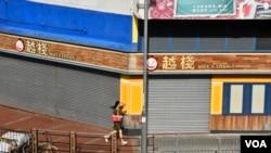 7月22日下午,受網上流傳再有黑幫派出刀手施襲消息影響,元朗市面約有九成店舖關門,途人稀少,有如死城。(美國之音湯惠芸拍攝)