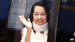 ອະດີດປະທານາທິບໍດີ Gloria Macapagal Arroyo ໂບກມື ຕໍ່ຝູງຊົນຢູ່ນອກສານແຫ່ງນຶ່ງໃນກຸງມານີລາ, ຟີລິບປິນ. ວັນທີ 23 ກຸມພາ 2012.