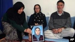 تصویر زینب میرزایی که در یک حملۀ طالبان بر بس حامل کارمندان رسانه یی در کابل کشته شد.