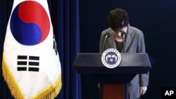 Tổng thống Park khẳng định không làm gì sai nhưng thừa nhận rằng bà đã bất cẩn trong quan hệ với bà Choi.
