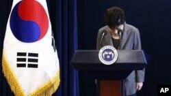 ປະທານາທິບໍດີເກົາຫລີໃຕ້ ທ່ານນາງ Park Geun-hye ກົ້ມຄຳນັບ ລະຫວ່າງກ່າວຄຳປາໄສຕໍ່ປະເທດຊາດ.