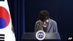 Rais wa Korea Kusini Park Geun-hye ainama kwa heshima alipokuwa akilihutubia taifa mjini Seoul, Nov. 29, 2016.
