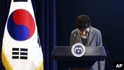 Tổng thống Nam Triều Tiên Park Geun Hye cúi đầu trong khi đang phát biểu trên truyền hình toàn quốc tại Nhà Xanh, Seoul, ngày 29/11/2016.