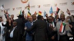 រូបភាពឯកសារ ៖ លោក Jacob Zuma ប្រធានាធិបតីប្រទេសអាហ្រ្វិកខាងត្បូង ប្រុងប្រៀបថតរូបនៅឯជំនួបកំពូលរបស់សហភាពអាហ្រ្វិក កាលពីថ្ងៃទី១៤ ខែមិថុនា ឆ្នាំ២០១៥។