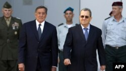 Bộ trưởng Quốc phòng Hoa Kỳ Leon Panetta được Bộ trưởng Quốc phòng Israel Ehud Barak đón tiếp tại Tel Aviv, ngày 3/10/2011