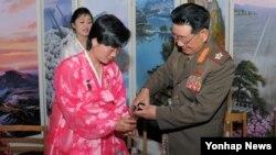 북한 황병서 노동당 조직지도부 군사담당 제1부부장이 최룡해의 후임으로 인민군 총정치국장에 임명된 것으로 2일 확인됐다. 사진은 '영웅'메달을 가슴에 단 여성 노동자에게 술을 따라주는 황병서 총정치국장의 모습.
