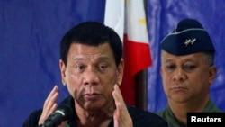 រូបឯកសារ៖ លោក Rodrigo Duterte ប្រធានាធិបតីហ្វីលីពីន ថ្លែងទៅកាន់កងទាហានក្នុងអំឡុងដំណើរទស្សនកិច្ចនៅបន្ទាយទាហានមួយ នៅភាគខាងត្បូងប្រទេសហ្វីលីពីន កាលពីថ្ងៃទី២៧ ខែមករា ឆ្នាំ២០១៧។