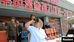 북한에서 '전승절'로 기념하는 정전협정 체결 62주년을 맞아 원산 갈마비행장에서 인민군 항공 및 반항공군 지휘관 전투비행술 경기대회가 열렸다. 조선중앙통신은 김정은 국방위원회 제1위원장(가운데)이 대회를 현지 지도했다고 30일 보도했다.