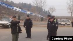 北京維權人士胡佳與攔路警察交涉(網上圖片)