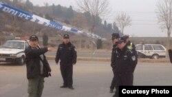 北京维权人士胡佳与拦路警察交涉(网上图片)