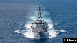 """美國海軍公佈的照片顯示""""基德""""號阿利·伯克級導彈驅逐艦在當地時間2021年8月27日例行穿越台灣海峽的國際水域。"""