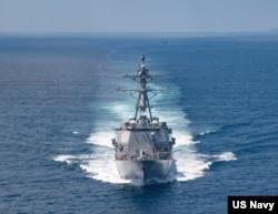 """美國海軍公佈的照片顯示""""基德""""號驅逐艦在當地時間2021年8月27日例行穿越台灣海峽的國際水域。"""