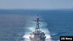 """美国海军公布的照片显示""""基德""""号阿利·伯克级导弹驱逐舰在当地时间2021年8月27日例行穿越台湾海峡的国际水域。"""