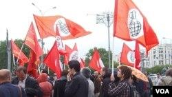 """反对派""""另一个俄罗斯""""同其他左翼势力今年6月份在莫斯科举行支持哈萨克石油工人的集会。(美国之音白桦拍摄)"""