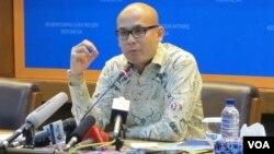 Juru bicara kementerian Luar Negeri Indonesia Arrmanatha Nasir, dalam jumpa pers di kantornya. (Foto: VOA/Fathiyah)