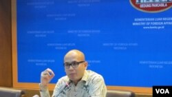 Juru bicara kementerian Luar Negeri Indonesia Arrmanatha Nasir, dalam jumpa pers di kantornya, 28 Maret 2016 (Foto: VOA/Fathiyah)