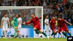 Cristiano Ronaldo của Bồ Đào Nha vui mừng sau khi ghi bàn san bằng tỉ số chung cuộc 3-3 với Tây Ban Nha trên bảng B, trong trận thi đấu ngày 15/6/18 tại Sochi, Nga.