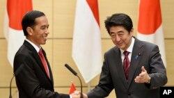 Tổng thống Indonesia Joko Widodo và Thủ tướng Nhật Bản Shinzo Abe tại cuộc họp báo chung ở Tokyo, ngày 23/3/2015.