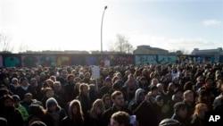 Ribuan orang berdemonstrasi di depan East Side Gallery, bagian Tembok Berlin, yang akan dihancurkan untuk pembangunan gedung apartemen mewah (foto, 3/3/2013).