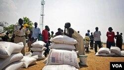 Warga Sudan Selatan yang baru saja datang dari Utara menerima bantuan pangan dari WFP di Juba (Foto: dok). Seorang petugas WFP ditembak mati di Kadugli, Kordofan Selatan , Sabtu (4/8).