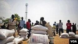 Warga Sudan Selatan yang baru saja datang dari Utara menerima bantuan pangan dari WFP di Juba.