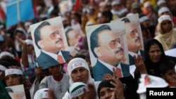 ایم کیو ایم کے سپورٹرز الطاف حسین کے پوسٹرز کے ساتھ ایک مظاہرے کے دوران، فائل فوٹو