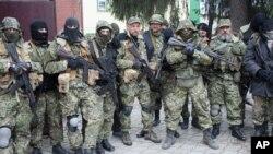 Các nhà hoạt động thân Nga trang bị võ khí chiếm một trụ sở cảnh sát trong thành phố Slovyansk ở miền đông Ukraine