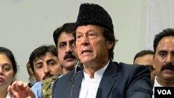 عمران خان کراچی میں میڈیا سے بات کررہے ہیں۔ 14 دسمبر 2017