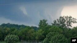 Tornado bergerak dari dekat Newcastle, Oklahoma pada Rabu, 6 Mei 2015, menuju ke Texas Utara. Sedikitnya satu orang tewas hari Sabtu, 9 Mei 2015. (AP Photo/Sue Ogrocki)