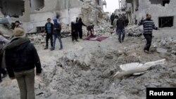 Cư dân xem xét thiệt hại sau một cuộc không kích của Nga tại thị trấn Idlib, Syria. Đài quan sát Nhân quyền cho biết những vụ không kích của Nga và Syria giết chết ít nhất 164 người ở tỉnh Deir Ezzor trong 3 ngày vừa qua.